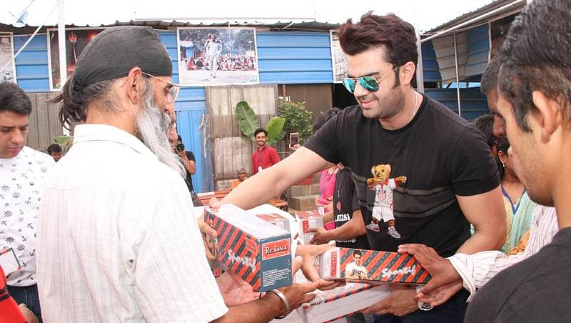 Maniesh Paul  donates 400 pairs of shoes on son's birthday!