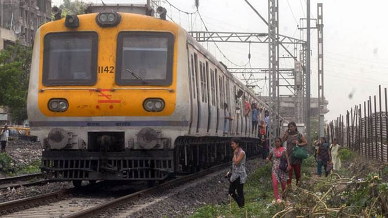 Mumbai Crime: 22-year-old woman falls off moving train after thief snatches her mobile phone, locals run for help