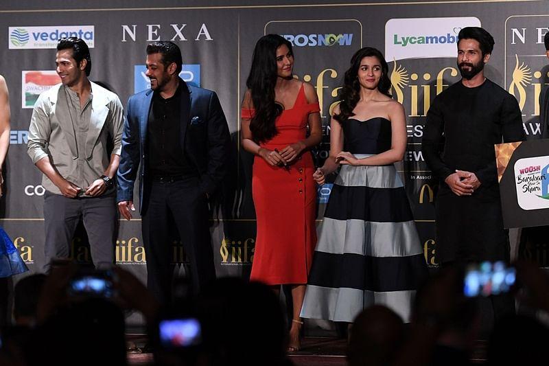 Bollywood actors (L-R) Varun Dhawan, Salman Khan, Katrina Kaif, Alia Bhatt and Shahid Kapoor pose during a press conference ahead of the 18th International Indian Film Academy (IIFA) Festival, in New York City July 13, 2017. / AFP PHOTO / ANGELA WEISS