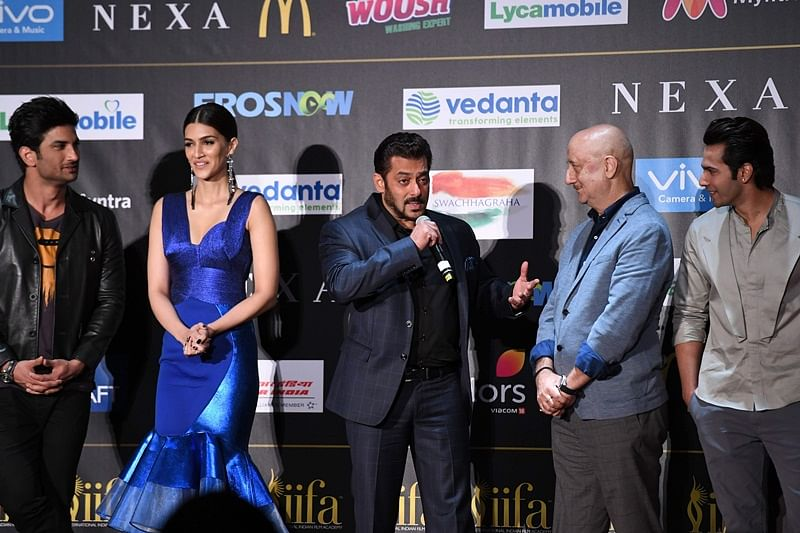 Bollywood actor Salman Khan (C) speaks as Sushant Singh Rajput (L), Kriti Sanon (2L), Anupam Kher (2R) and Varun Dhawan listen during a press conference ahead of the 18th International Indian Film Academy (IIFA) Festival, in New York City July 13, 2017. / AFP PHOTO / ANGELA WEISS