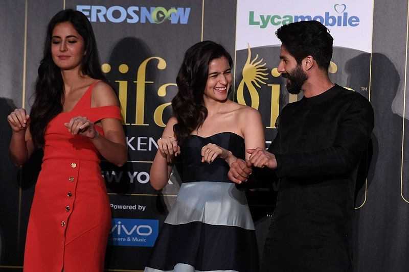 Bollywood actor Shahid Kapoor (R), Alia Bhatt (C) and Katrina Kaif (L) dance during a press conference ahead of the 18th International Indian Film Academy (IIFA) Festival, in New York City July 13, 2017. / AFP PHOTO / ANGELA WEISS