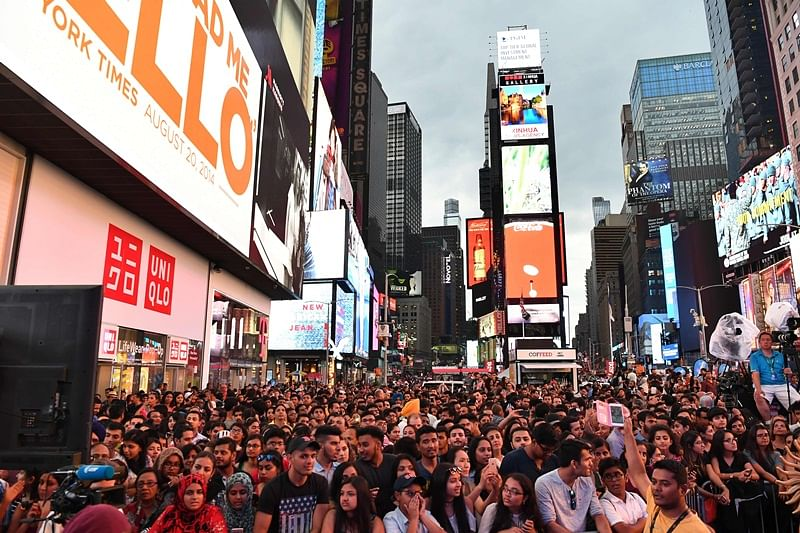 Fans wait to watch Bollywood movie stars during IIFA Stomp in the Times Square on July 13, 2017 to kick off the 18th International Indian Film Academy (IIFA) Festival in New York. / AFP PHOTO / ANGELA WEISS