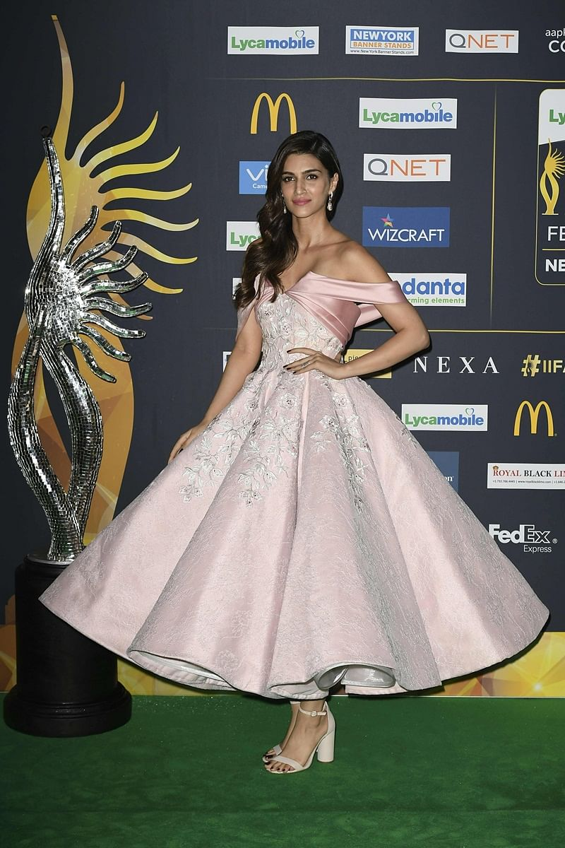 Bollywood Actress Kriti Sanon arrives for IIFA Rocks July 14, 2017 at the MetLife Stadium in East Rutherford, New Jersey during the 18th International Indian Film Academy (IIFA) Festival. / AFP PHOTO / ANGELA WEISS
