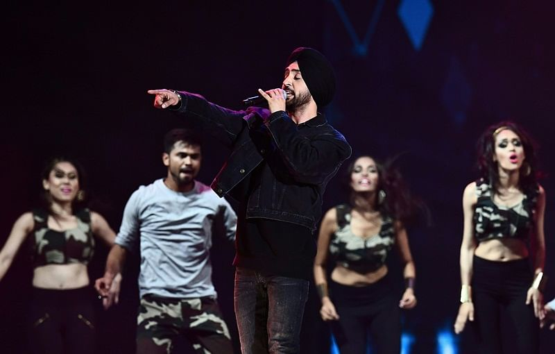 Bollywood Singer Diljit Dosanjh performs on stage during IIFA Rocks July 14, 2017 at the MetLife Stadium in East Rutherford, New Jersey during the 18th International Indian Film Academy (IIFA) Festival. / AFP PHOTO / Jewel SAMAD