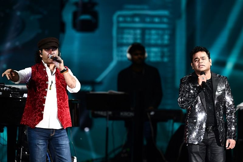 Bollywood music composer/singer AR Rahman (R) and singer Mohit Chauhan perform on stage during IIFA Rocks, part of the 18th International Indian Film Academy (IIFA) Festival, on early July 15, 2017, at the MetLife Stadium in East Rutherford, New Jersey. / AFP PHOTO / Jewel SAMAD