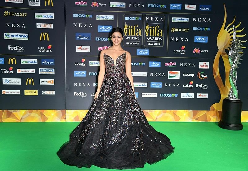 Bollywood actress Alia Bhat poses as she arrives for the IIFA Awards July 15, 2017 at the MetLife Stadium in East Rutherford, New Jersey during the 18th International Indian Film Academy (IIFA) Festival. / AFP PHOTO / ANGELA WEISS