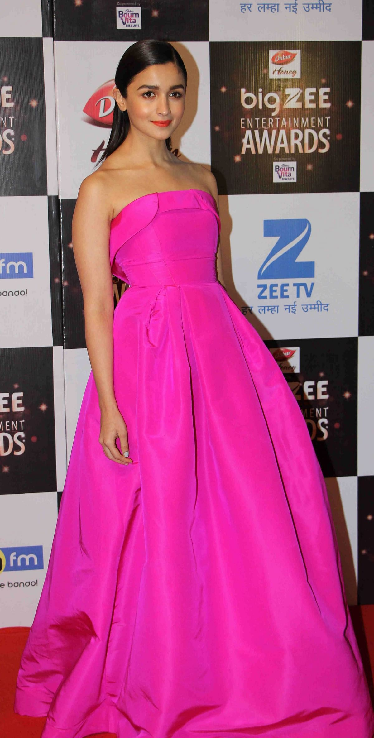In this photograph taken on July 29, 2017, Indian Bollywood actress Alia Bhatt attends the BIG ZEE Entertainment Awards 2017 ceremony in Mumbai. / AFP PHOTO / STR