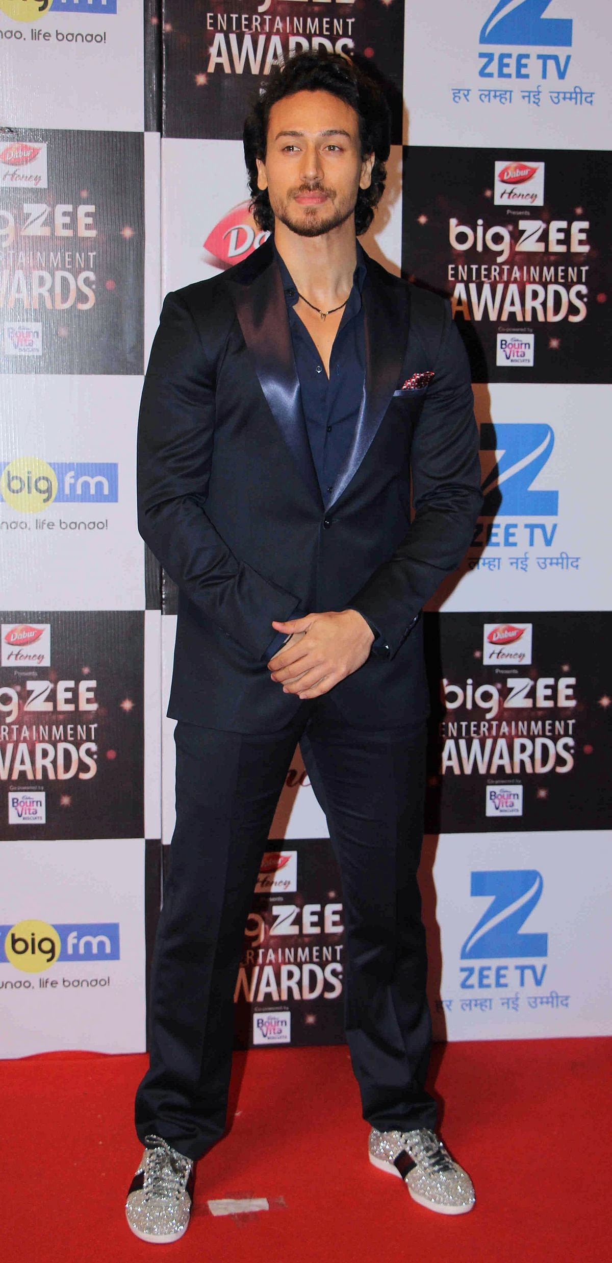 In this photograph taken on July 29, 2017, Indian Bollywood actor Tiger Shroff attends the BIG ZEE Entertainment Awards 2017 ceremony in Mumbai. / AFP PHOTO / STR