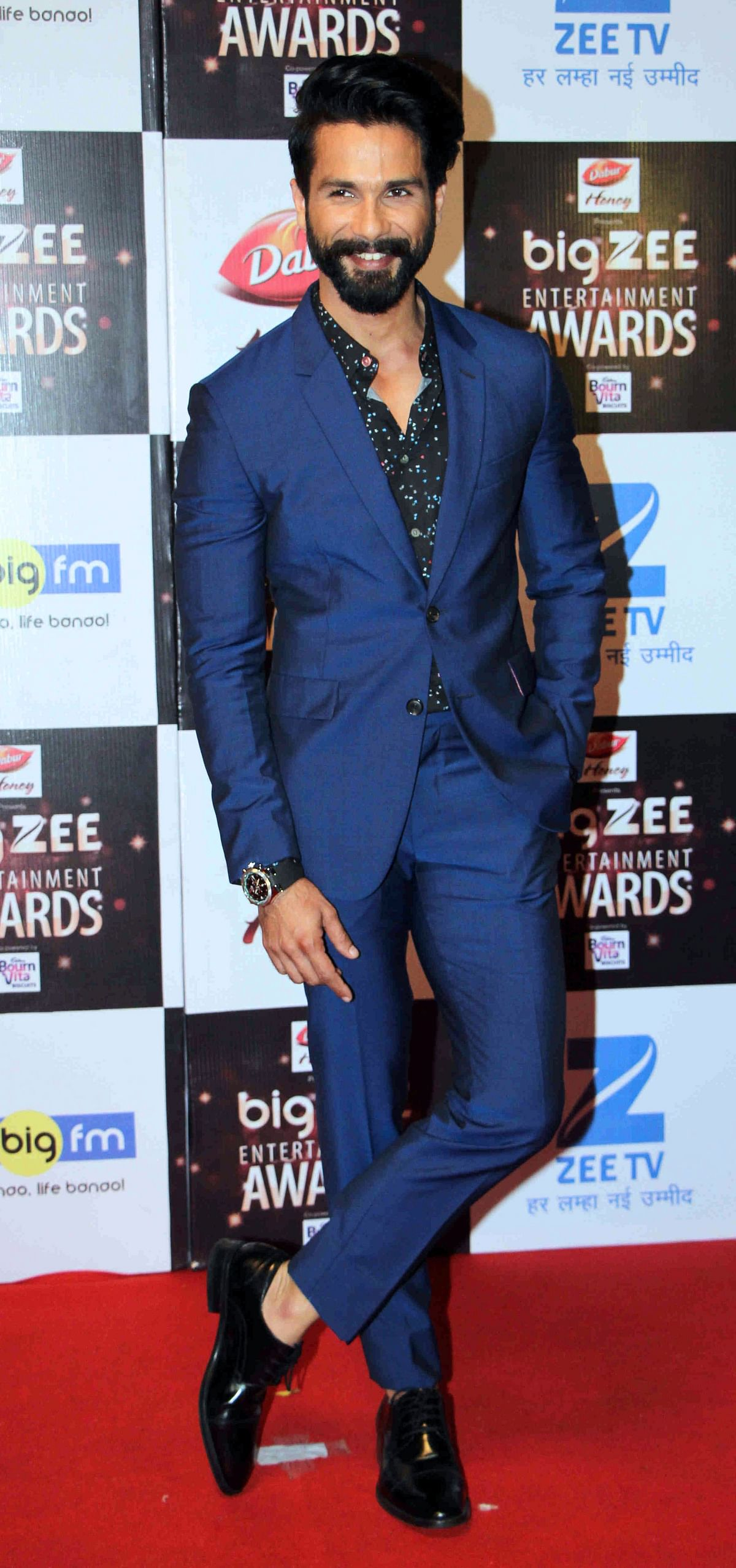 In this photograph taken on July 29, 2017, Indian Bollywood actor Shahid Kapoor attends the BIG ZEE Entertainment Awards 2017 ceremony in Mumbai. / AFP PHOTO / STR