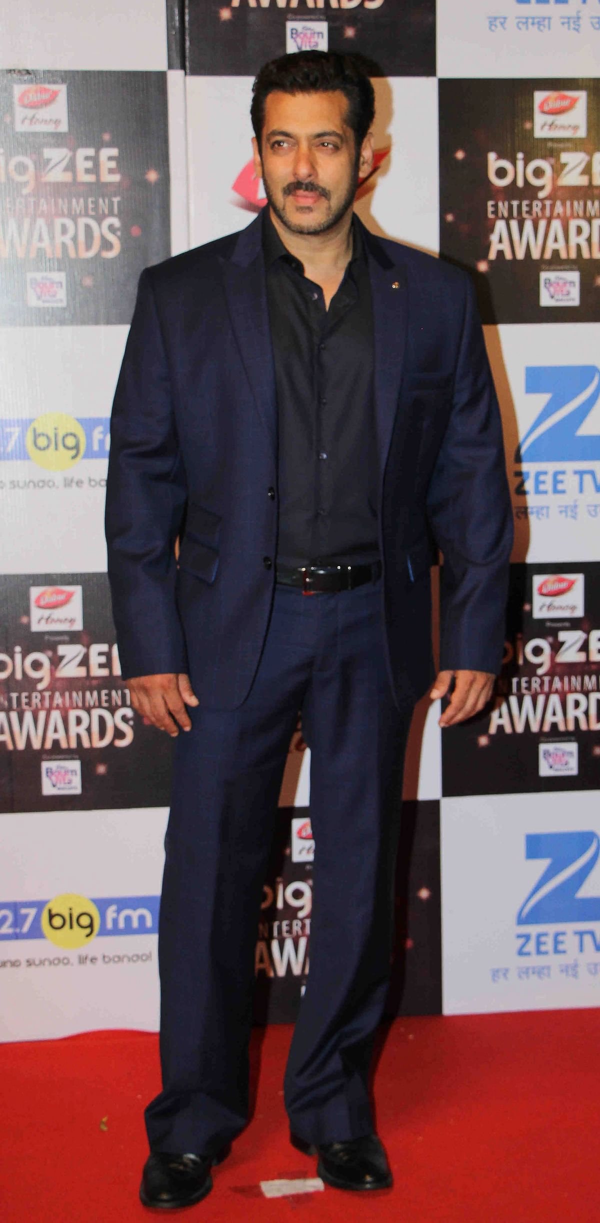 In this photograph taken on July 29, 2017, Indian Bollywood actor Salman Khan attends the BIG ZEE Entertainment Awards 2017 ceremony in Mumbai. / AFP PHOTO / STR