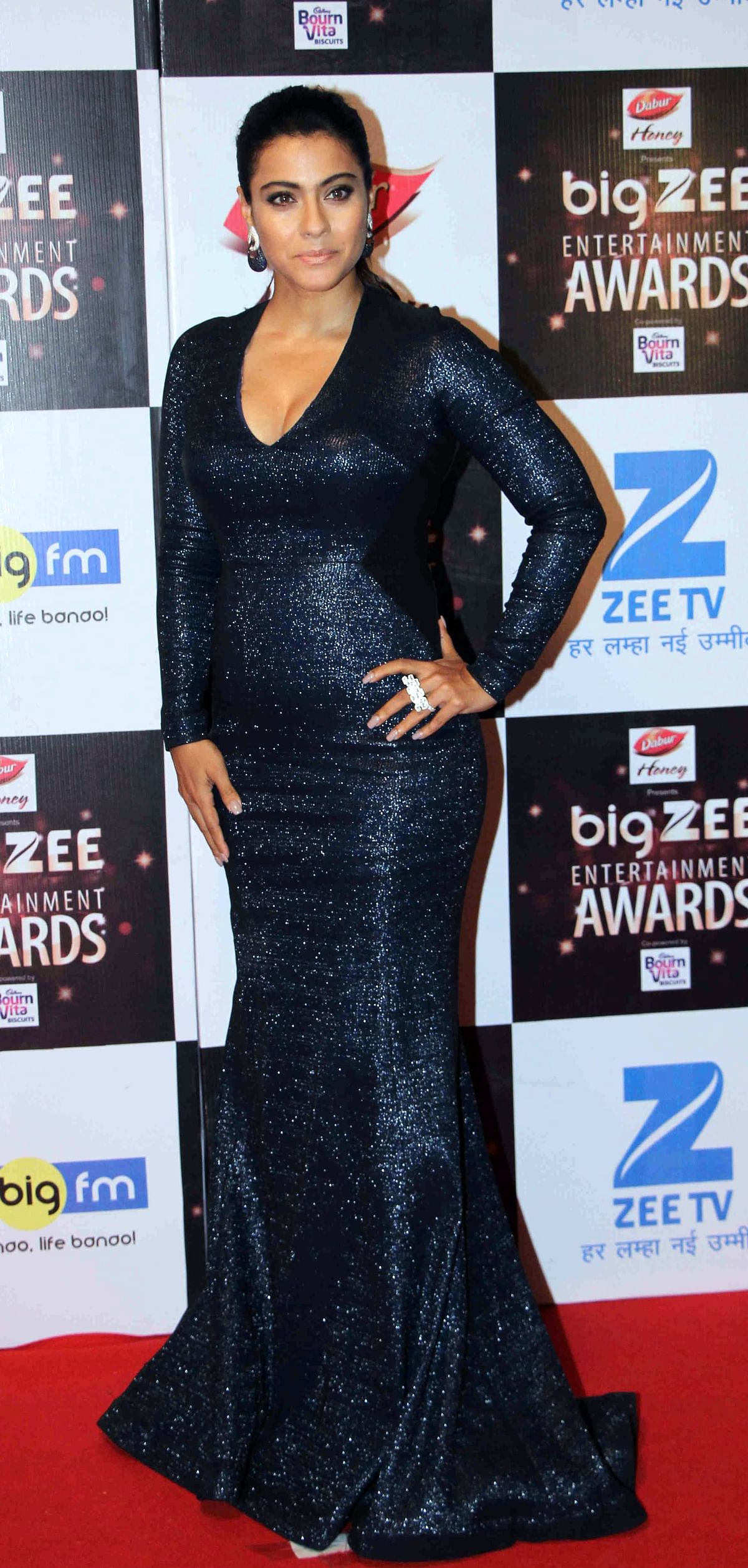 In this photograph taken on July 29, 2017, Indian Bollywood actress Kajol Devgan attends the BIG ZEE Entertainment Awards 2017 ceremony in Mumbai. / AFP PHOTO / STR