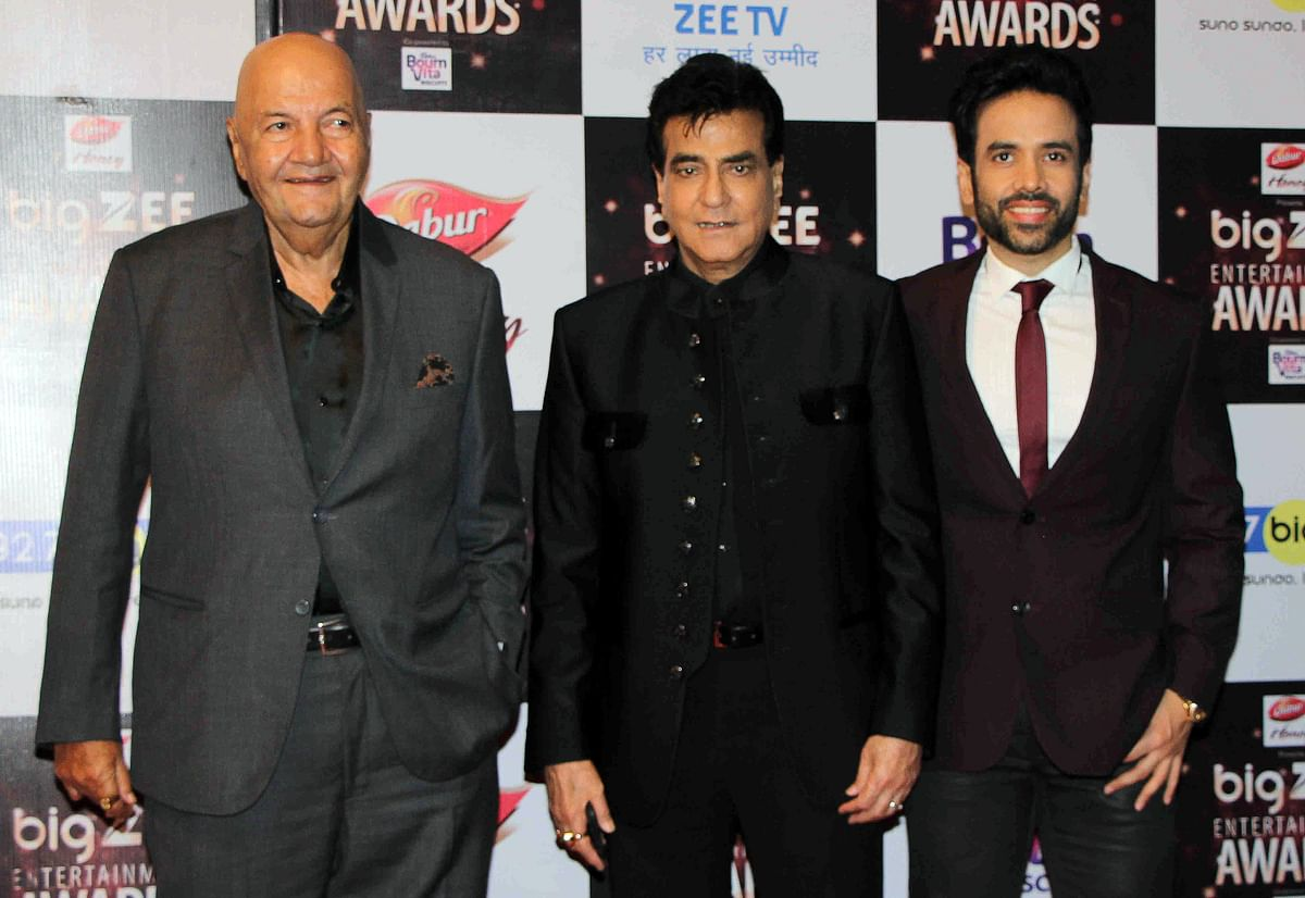 In this photograph taken on July 29, 2017, Indian Bollywood actors Prem Chopra (L), Jitendra (C) and Tussar Kapoor (R) attend the BIG ZEE Entertainment Awards 2017 ceremony in Mumbai. / AFP PHOTO / STR