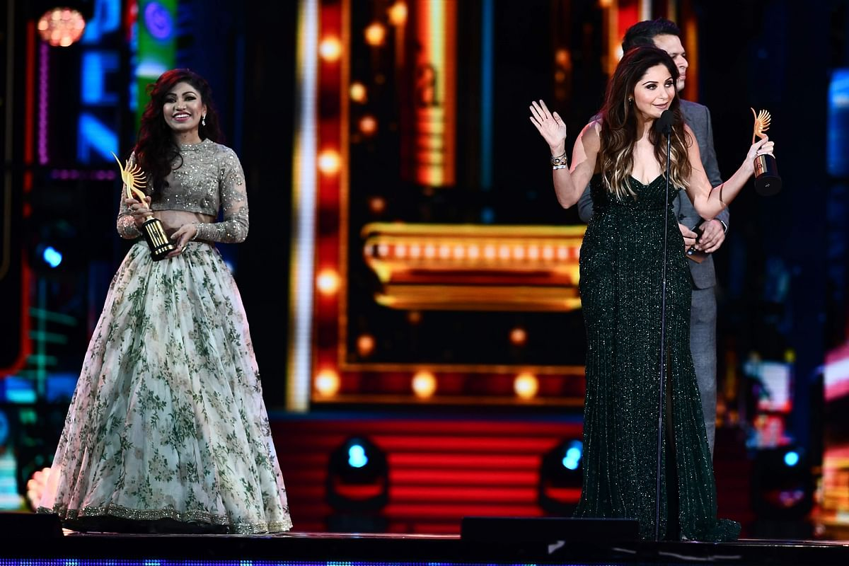 "Winners of Best Playback Singer – Female, Kanika Kapoor (R) for ""Da Da Dasse"" from movie ""Udta Punja"" and Tulsi Kumar (L) for ""Soch Na Sake"" from movie ""Airlift"" receive their awards during the 18th International Indian Film Academy (IIFA) Festival at the MetLife Stadium in East Rutherford, New Jersey, on July 15, 2017. / AFP PHOTO / JEWEL SAMAD"