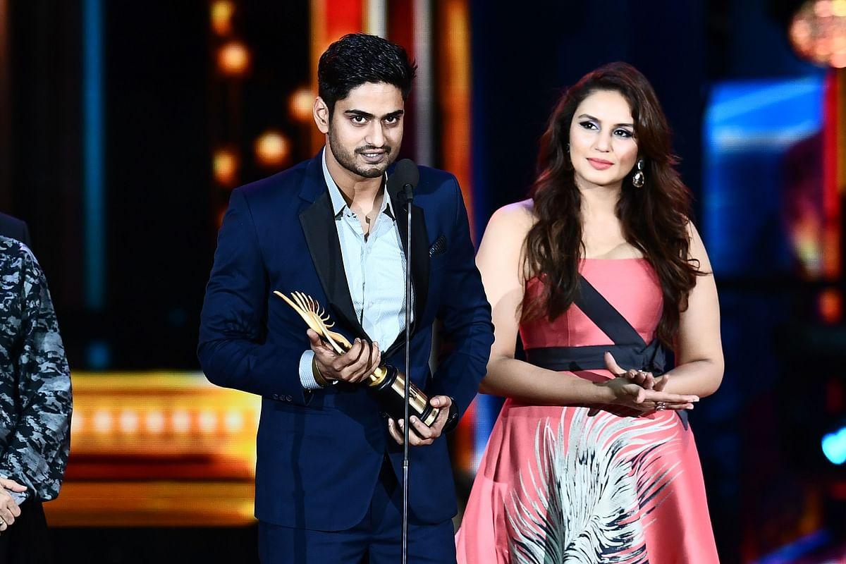 "Winner of Best Playback Singer – Male, Amit Mishra for ""Bulleya"" from movie ""Ae Dil Hai Mushkil"" accepts the award during 18th International Indian Film Academy (IIFA) Festival at the MetLife Stadium in East Rutherford, New Jersey, on July 15, 2017. / AFP PHOTO / JEWEL SAMAD"
