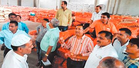 Ujjain: Government sells huge stocks of onions at rock bottom prices