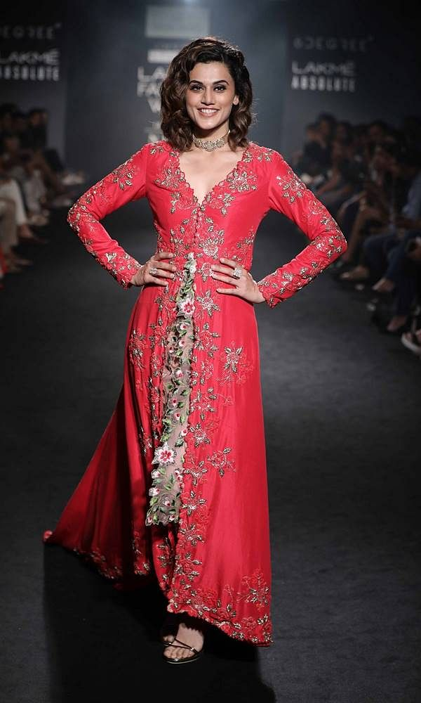 SHOWSTOPPER TAAPSEE PANNU FOR DIVYA REDDY AT LAKME FASHION WEEK WINTER FESTIVE 2017 (5)