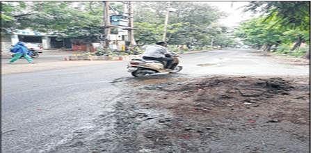 Bhopal: Potholed, slushy Danish Kunj roads a nightmare for residents