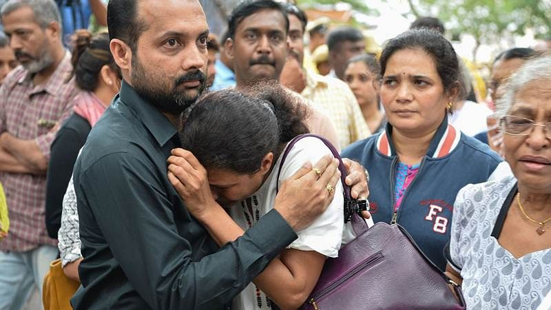 Indian journalist Gauri Lankesh's sister Kavitha Lankesh (C) is consoled by a relative as her body to brought to the Ravindra Kalakshetra cultural centre in Bangalore on September 6, 2017./ AFP PHOTO / MANJUNATH KIRAN