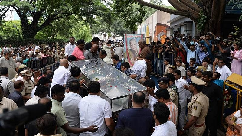 The body of Indian journalist Gauri Lankesh is brought to the Ravindra Kalakshetra cultural centre as people gather to pay their respects in Bangalore on September 6, 2017./ AFP PHOTO / MANJUNATH KIRAN