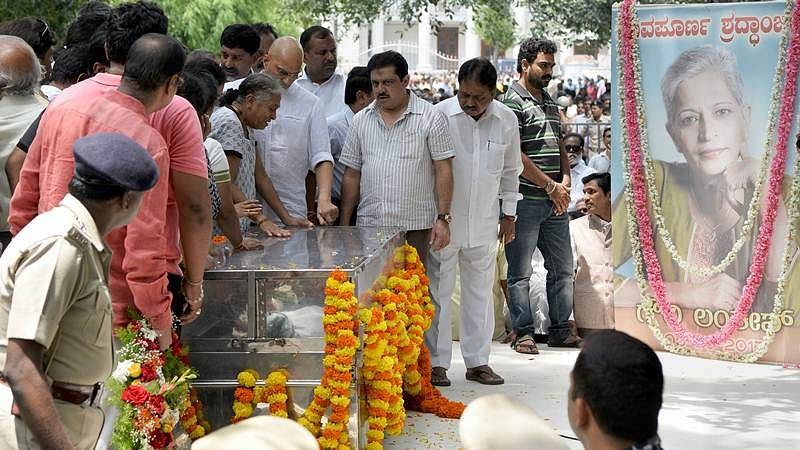 Relatives of Indian journalist Gauri Lankesh grieve by her body at the Ravindra Kalakshetra cultural centre in Bangalore on September 6, 2017. / AFP PHOTO / MANJUNATH KIRAN
