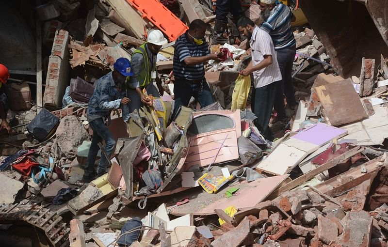 Bhendi Bazaar building collapse: Local residents lend a helping hand