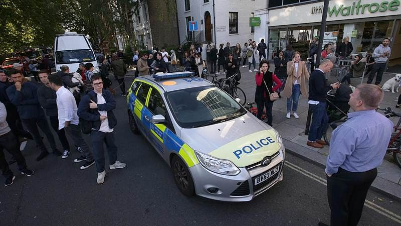 People stand in the street by a Police car close to Parsons Green underground tube station in west London on September 15, 2017, following an incident on an underground tube carriage at the station./ AFP PHOTO / Daniel LEAL-OLIVAS