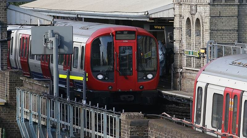 Members of the emergency services work alongside an underground tube train at a platform at Parsons Green underground tube station in west London on September 15, 2017, following an incident on an underground tube carriage at the station./ AFP PHOTO / Daniel LEAL-OLIVAS