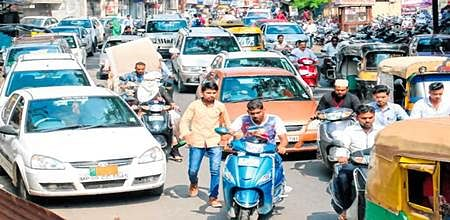 Indore: Traffic Blues – 'No-helmet' is risky; but other violations no less