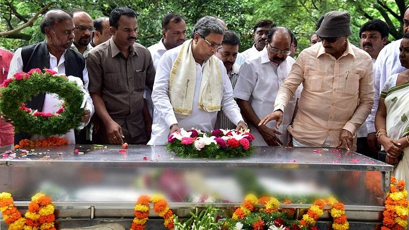 Bengaluru: Karnataka CM Siddaramaiah pays last tributes to the mortal ramains of journalist Gauri Lankesh in Bengaluru on Wednesday. PTI Photo by Shailendra Bhojak