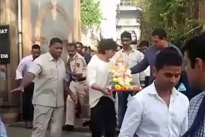 Watch Video: Shah Rukh Khan, AbRam, Gauri and Suhana bid adieu to Lord Ganesha