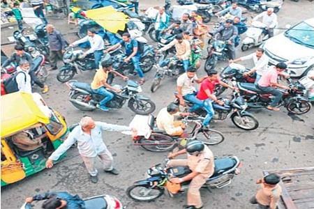 Indore: Siyaganj: Vehicles always at loggerheads, commoner plays traffic cop