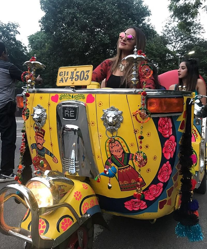 Check out Sonakshi Sinha riding auto in Ahmedabad