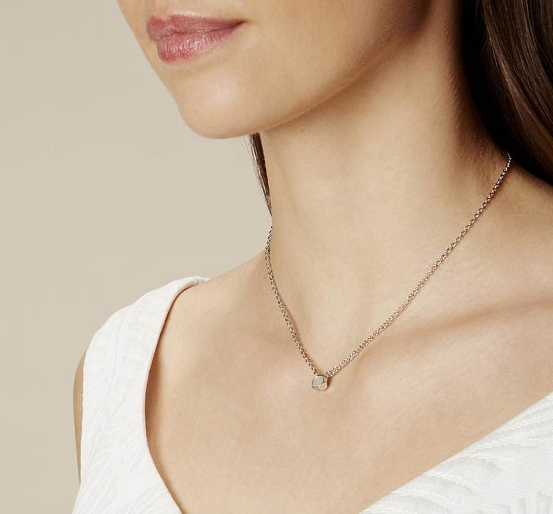 go minimal with a delicate chain
