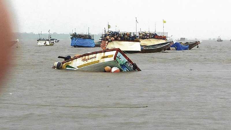 Mumbai: Fishing boat capsized near Bhayandar, 10 crew member escape from the mishap