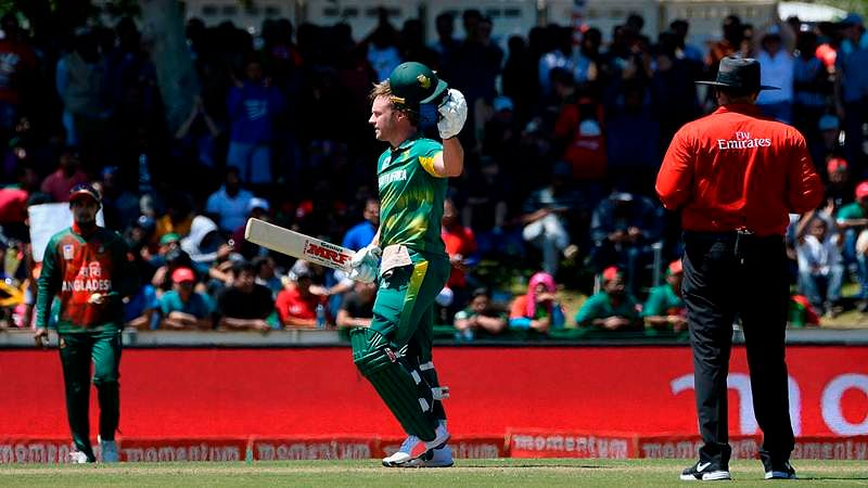 South Africa's AB de Villiers (C) celebrates after scoring a century (100 runs) during the second one day international (ODI) cricket match between South Africa and Bangladesh at Boland Park in Paarl on October 18, 2017. / AFP PHOTO / RODGER BOSCH