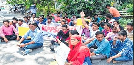 Indore: Student union polls: ABVP stages roadblock, NSUI forms human chain to protest delay