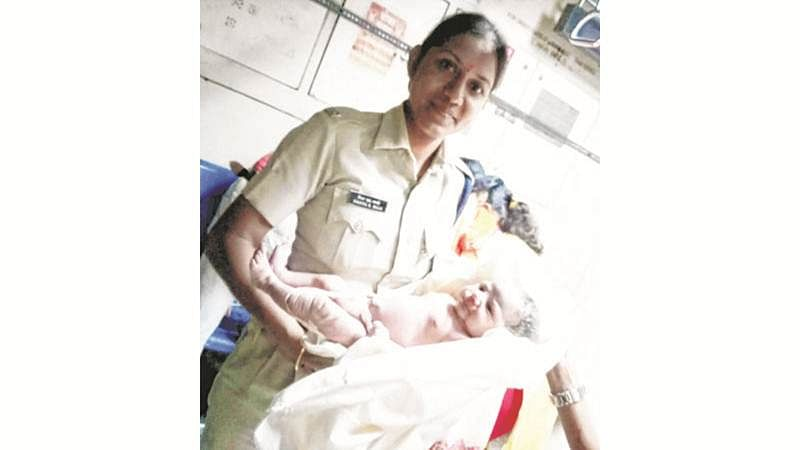 Mumbai: Woman constable helps commuter deliver baby girl at Dadar railway station