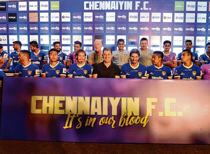 Chenniayin FC's head coach John Gregory (C) pose along with team during an introduction event ahead of 2017 edition of the Indian Super League (ISL) in Chennai on November 16, 2017. / AFP PHOTO / ARUN SANKAR / IMAGE RESTRICTED TO EDITORIAL USE - STRICTLY NO COMMERCIAL USE