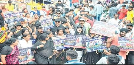 Indore: Cong observes black day, takes out funeral procession of old notes