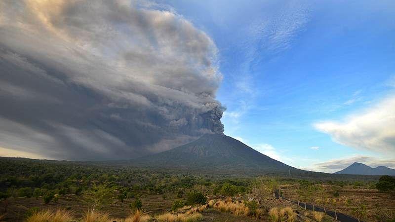Mount Agung: Thousands flee as Bali raises volcano alert to highest level