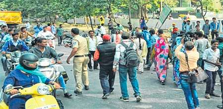 Indore: Handcart pullers pelt stones on IMC removal team