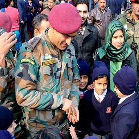 Lt. Col MS Dhoni sings 'main pal do pal ka shayar hun', wins hearts