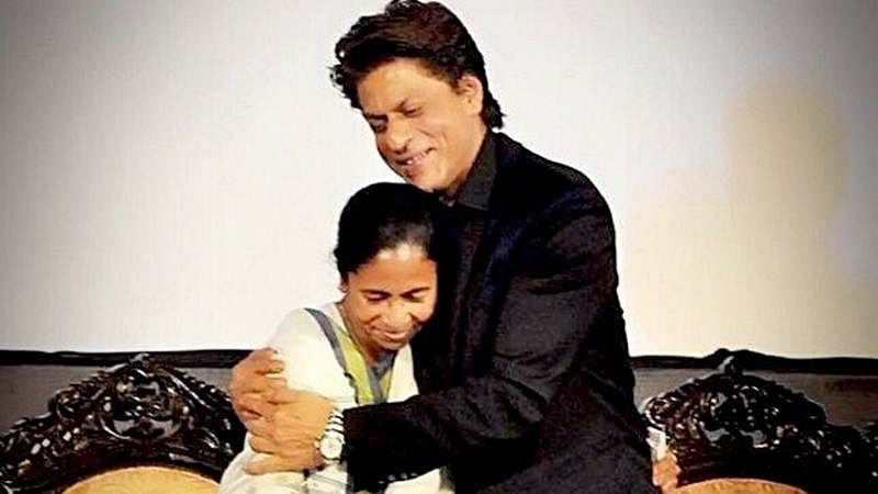 Watch Video: Shah Rukh Khan rides in a 'small' car with Mamata Banerjee