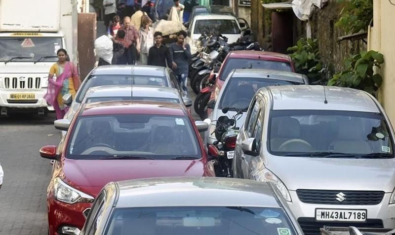 Mumbai: Western Railway intensifies crackdown on illegally parked vehicles outside railway premises