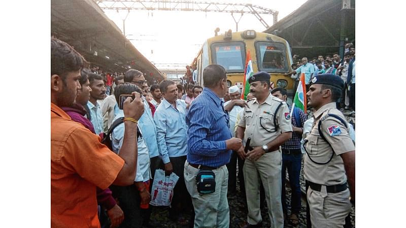 Mumbai: Railway workers stage 'rail roko' at Kalyan station after gangman was detained in theft case