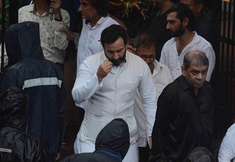Saif Ali Khan at Shashi Kapoor's funeral at Santacruz Hindu crematorium in Mumbai. Pic by BL Soni