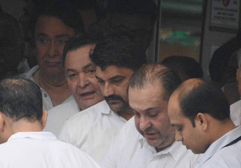 Randhir, Rishi and Rajiv Kapoor at Shashi Kapoor's funeral at Santacruz Hindu crematorium in Mumbai. Pic by BL Soni