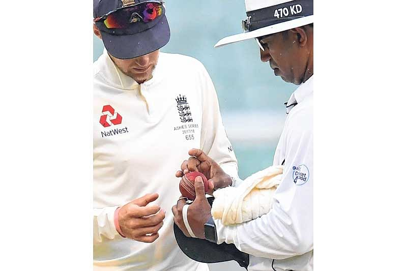 The Ashes – Eng reject ball-tampering as rain halts victory push