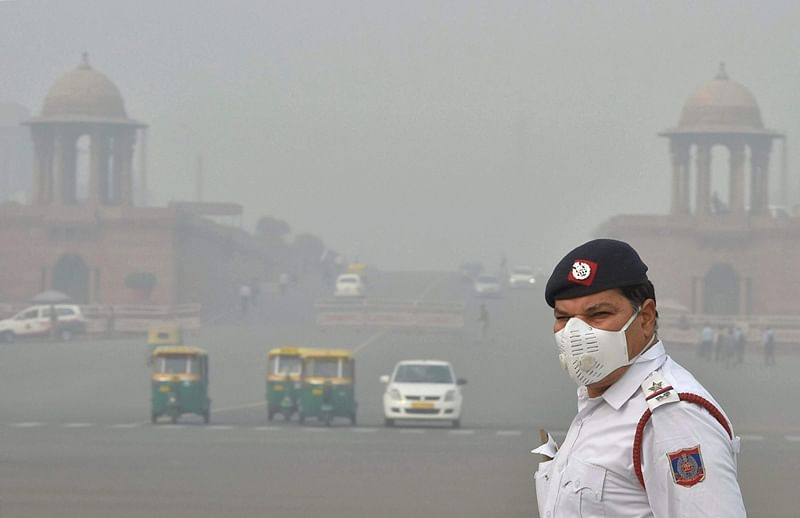 Delhi: Doctors ask traffic cops to wear pollution masks during duty