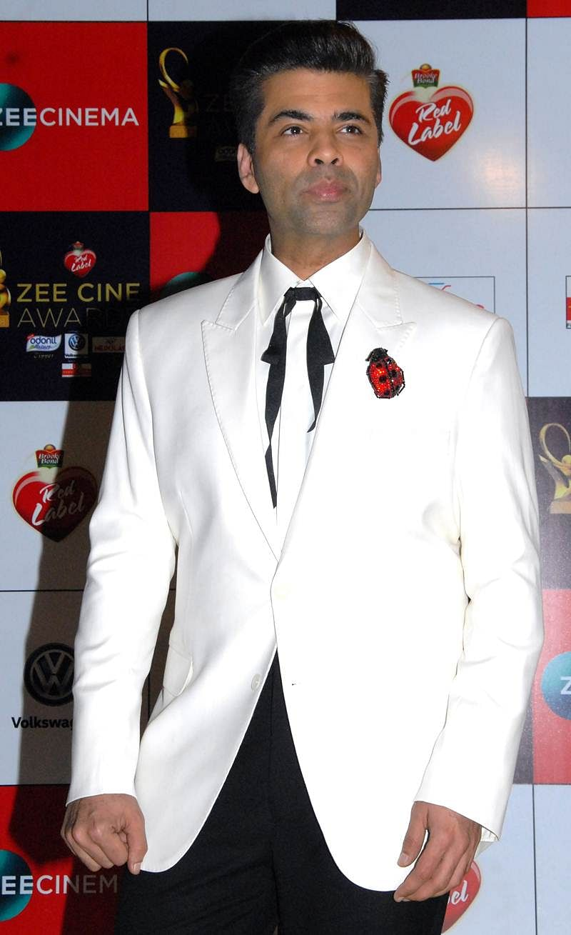 Indian Bollywood producer, director and actor Karan Johar attends the 'Zee Cine Awards 2018' ceremony in Mumbai on December 19, 2017. / AFP PHOTO / Sujit Jaiswal